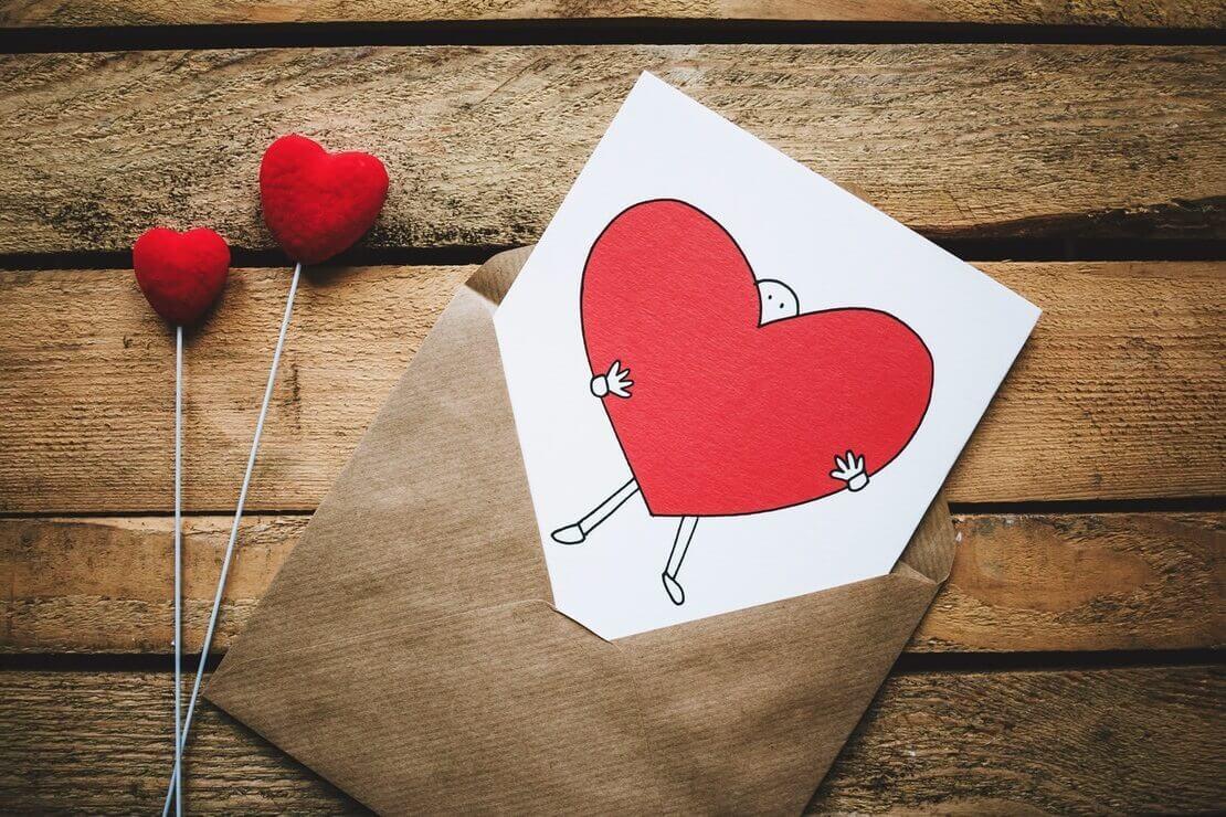 cartão com coração ilustrando frases de amor